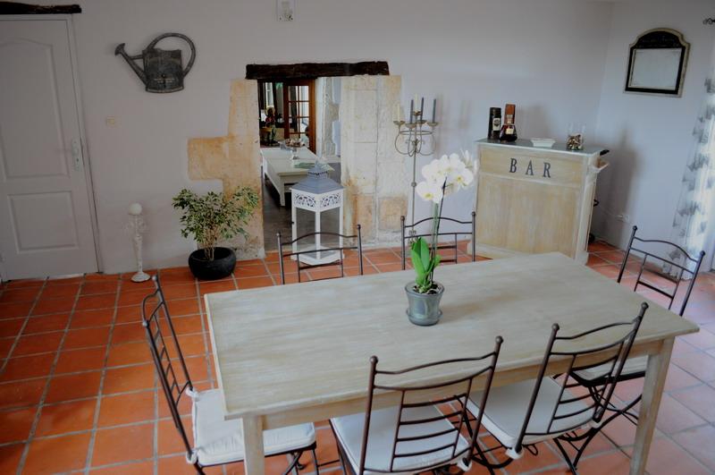 Chambres d 39 h te b b location vacances piscine table d for Salle a manger grange
